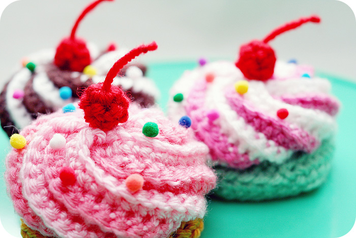Video Tutorial & Free Pattern: Swirly Cupcake Hair Clips | Twinkie ...